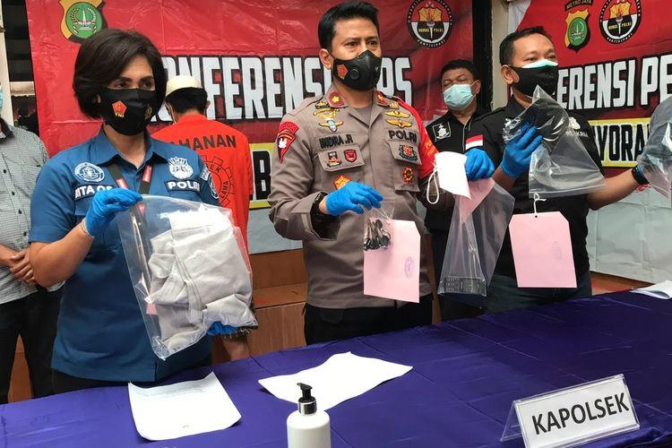 Polsek Kebayoran Lama merilis kasus penipuan dan penggelapan motor berkedok menawarkan kerja sebagai supir pribadi di Mapolsek Kebayoran Lama, Jakarta Selatan pada Jumat (8/1/2021) sore.
