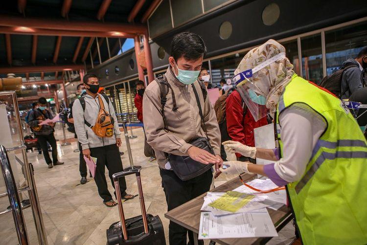 Petugas memeriksa kesehatan calon penumpang sebelum pemberangkatan di Terminal 2 Bandara Soekarno Hatta, Tangerang, Banten, Jumat (15/5/2020). Sebanyak 1486 penumpang berizin dengan 23 penerbangan diterbangkan dari Bandara Soekarno Hatta dengan dokumen syarat terbang dan surat keterangan bebas COVID-19. ANTARA FOTO/Fauzan/pras.