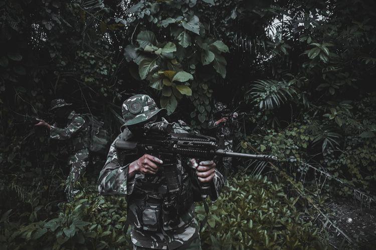 Personel Komando Operasi Gabungan Khusus (Koopgabsus) Tricakti TNI ketika melakukan aksi pengejaran teroris.