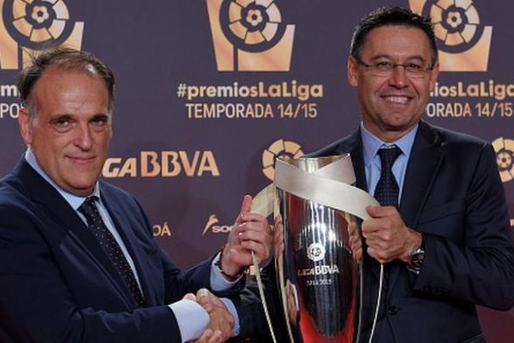 Presiden Barcelona, Josep Bartomeu (kanan), menerima penghargaan Tim Terbaik Tahun Ini dari Presiden LFP, Javier Tebas, Senin (30/11/2015).