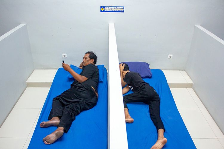 Pemudik rehat sejenak di ruang istirahat di Rest Area SPBU KM 57, Karawang, Jawa Barat, Kamis (30/5/2019). Sebanyak 39 ruang istirahat beserta kasur dan bantal disewakan untuk tempat beristirahat pemudik dengan harga Rp10 ribu ruang non-AC dan Rp15 ribu ruang AC per satu jam per ruangannya.