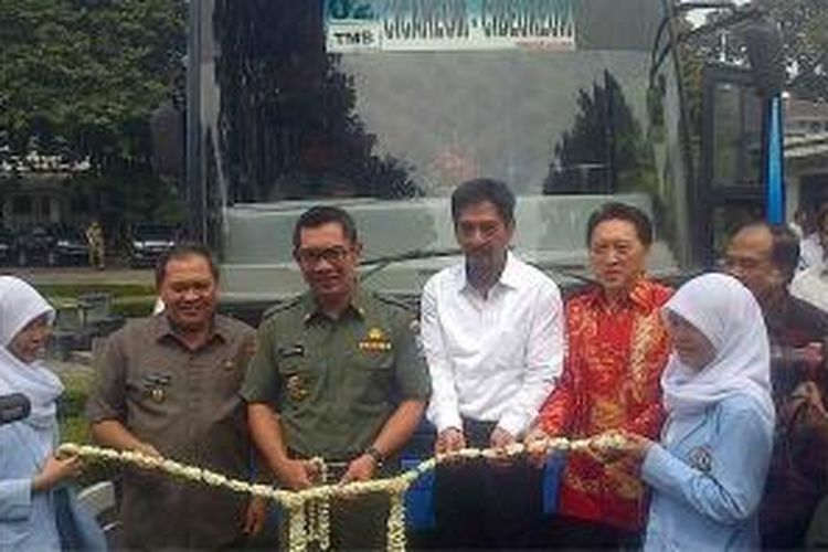 Wali Kota Bandung Ridwan Kamil meluncurkan bus Damri gratis untuk pelajar di hari Kamis, Senin (17/2/2014).