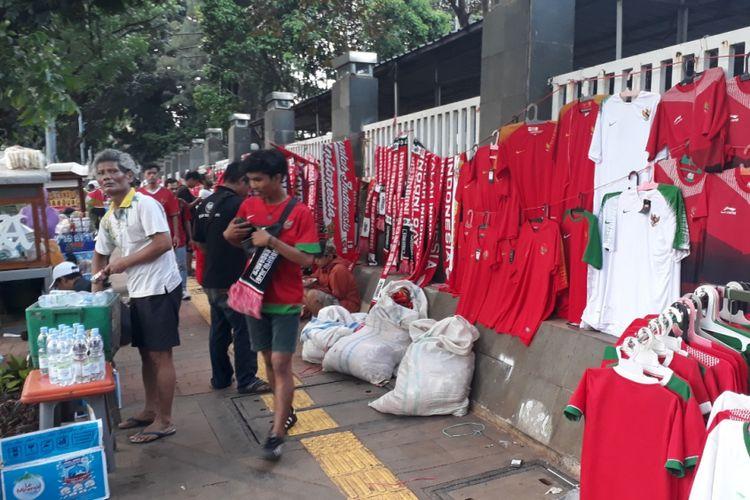 Tampak PKL berjualan di sepanjang Trotoar Gedung TVRI dan Kemenpora, Jalan Gerbang Pemuda, Senayan, Jakarta Pusat, Minggu (28/10/2018).