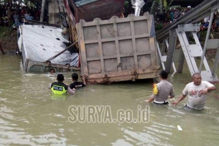 Kasat Lantas Lamongan dan Tuban turun mengecek kondisi tiga truk yang hanyut dan satu korban sepeda motor di Jembatan Babat Lamongan yang ambruk, Selasa (17/4/2018).