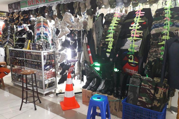 Salah satu toko di Pasar Senen, Jakarta Pusat, yang menjajakan seragam dan perlengkapan TNI-Polri, Selasa (17/7/2018).