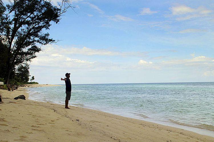 Sepotong panorama Pantai Koguna di Desa Mopaanu, Kecamatan Lasalimu Selatan, Kabupaten Buton, Sulawesi Tenggara, terlihat pada hari Sabtu (18/2/2017). Obyek wisata ini punya bentangan pasir putih dengan air laut dangkal. Pemerintah setempat belum mengelola spot wisata tersebut.