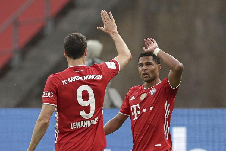 Robert Lewandowski dan Serge Gnabry kala tampil di Piala Jerman (DFB Pokal) kontra Bayer Leverkusen, 4 Juli 2020.