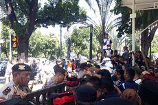 Kelompok Pendukung dan Pengkritik Anies Demo Berhadap-hadapan, Hanya Dipisahkan Pagar Balai Kota