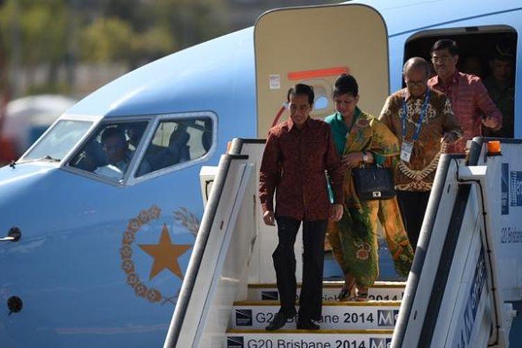 Presiden Joko Widodo didampingi istrinya, Iriana keluar dari pesawat kepresidenan setibanya di bandara internasional Brisbane, Jumat (14/11/2014), untuk menghadiri KTT G-20 akhir pekan nanti.