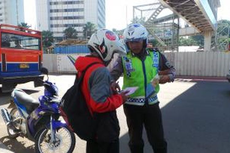 Sepeda motor ditilang kerena memasuki Jalan MH Thamrin, Jakarta Pusat. Rabu (18/3/2015).
