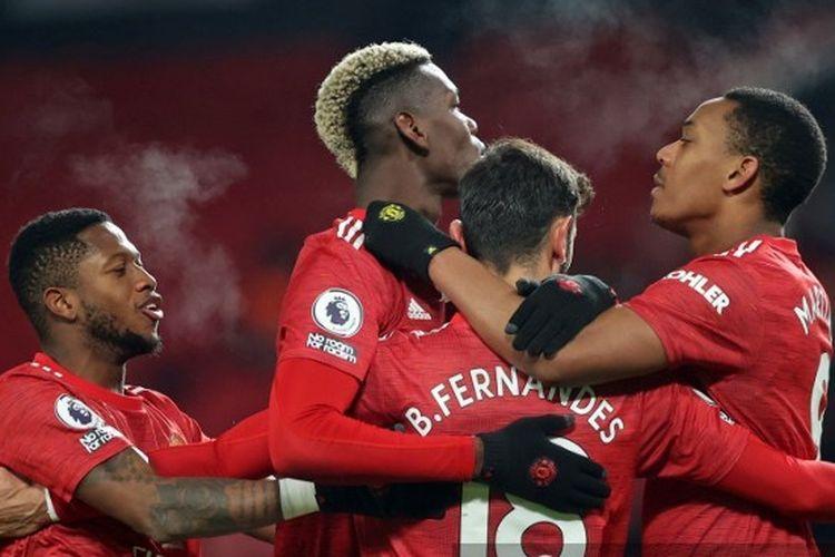 Para pemain Manchester United merayakan gol Bruno Fernandes ke gawang Aston Villa pada laga lanjutan Liga Inggris di Stadion Old Trafford, Manchester, pada Sabtu (2/1/2021) dini hari WIB.