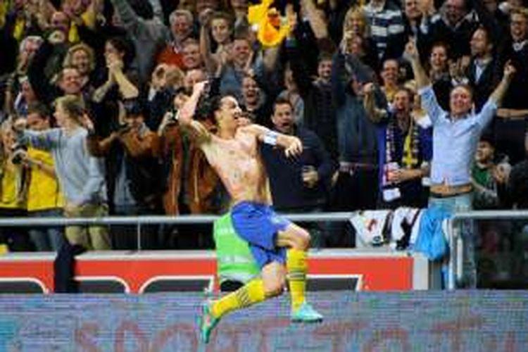 Striker Swedia, Zlatan Ibrahimovic, merayakan satu dari empat golnya ke gawang Inggris pada partai uji coba di Friends Arena, Stockholm, 14 November 2012.