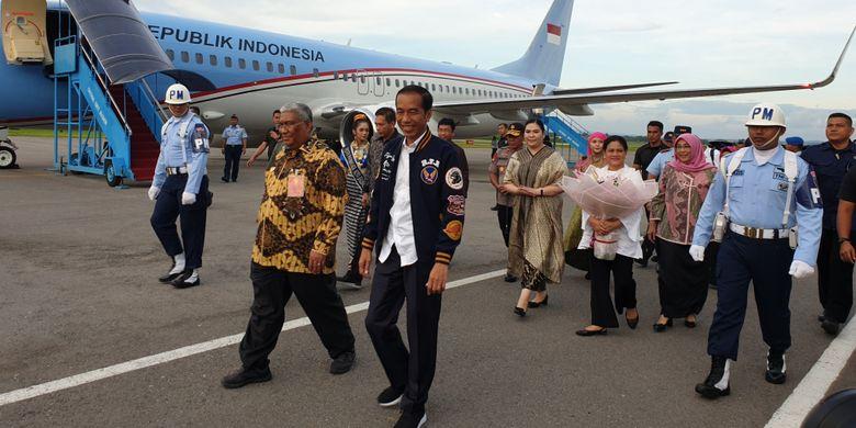 Presiden Joko Widodo melakukan kunjungan kerja ke Kendari, Sulawesi Selatan, Jumat (1/3/2019). Pesawat kepresidenan yang sebelumnya berangkat dari Gorontalo, tiba di Bandara Haluoleo, Kendari pukul 17.40 WITA.