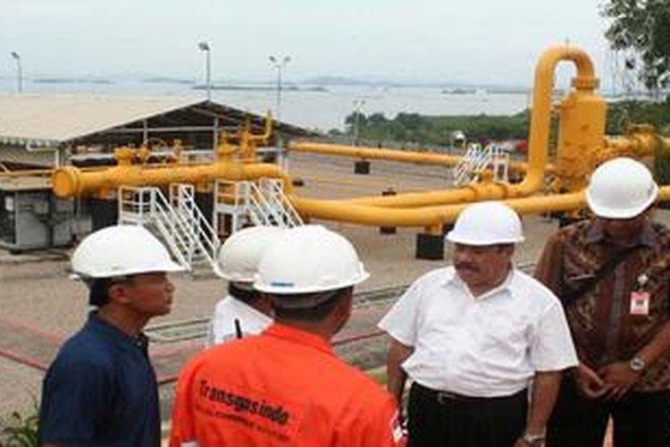 Walikota Batam Ahmad Dahlan (kedua dari kanan) saat di terminal transit gas di Pulau Pemping, Batam, Kepulauan Riau, Kamis (21/2/2013). Gas dari Sumatera Selatan diekspor ke Singapura melalui jaringan pipa yang terminal terluarnya terletak di Pulau Pemping. Pulau itu juga akan menjadi terminal ekspor gas dari Laut Natuna, Kepulauan Riau