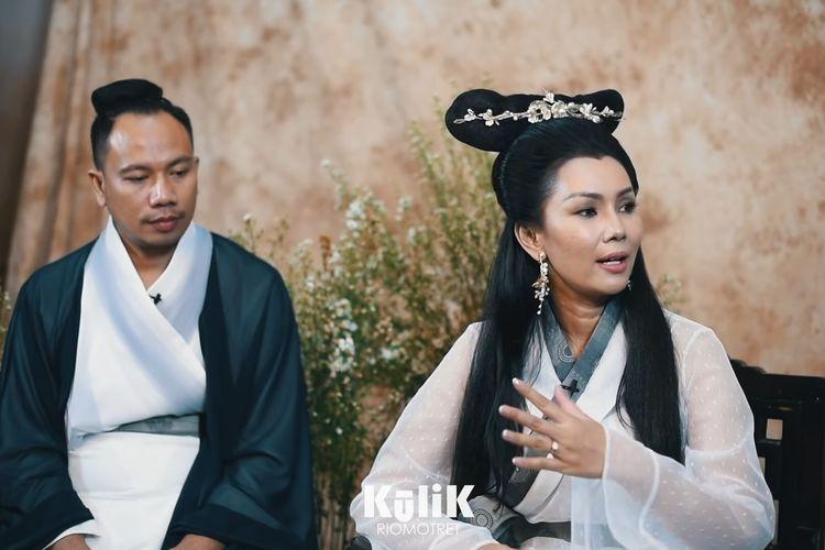 Vicky Prasetyo dan Kalina Ocktaranny dalam konsep busana Pai Su Chen