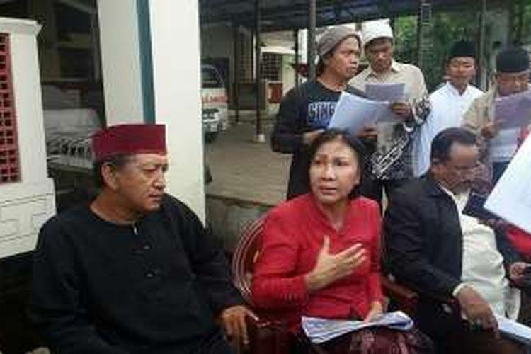 Pekerja seni sekaligus aktivis hak asasi manusia, Ratna Sarumpaet saat mengunjungi Masjid Luar Batang, Jakarta Utara, Kamis (7/4/2016).