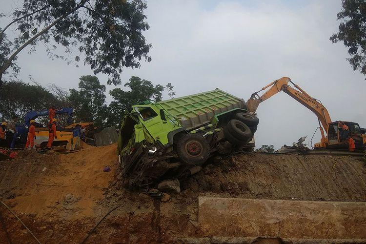 Petugas mengevakuasi salah satu kendaraan yang terlibat pada kecelakaan beruntun di Tol Cipularang KM 92 Purwakarta, Jawa Barat, Senin (2/9/2019). Kecelakaan tersebut melibatkan sekitar 20 kendaraan yang mengakibatkan korban 25 orang luka ringan, empat orang luka berat dan delapan orang meninggal dunia.