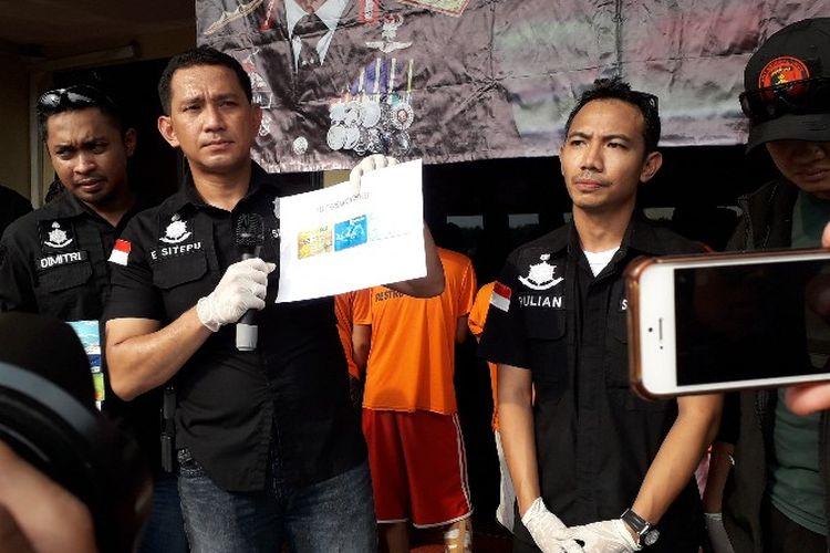 Kasat Reskrim Polres Metro Jakarta Barat Edy Suranta Sitepu mengungkap kasus pencurian uang di ATM spesialis mini market pada Selasa (16/4/2018).