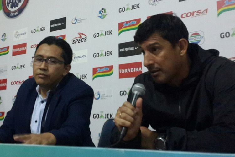 Pelatih Sriwijaya FC Alfredo Vera saat konferensi pers usai dikalahkan Arema FC dan terdegredasi di Stadion Kanjuruhan, Kabupaten Malang, Minggu (9/12/2018)