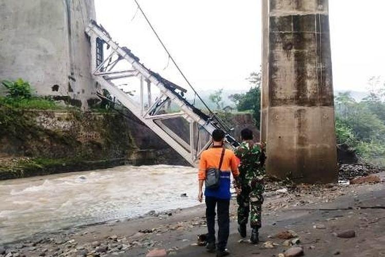 Petugas dari Kodim Brebes meninjau jembatan rel KA yang putus di Dukuh Timbang, Desa Tonjong, Kecamatan Tonjong Kabupaten Brebes, Jawa Tengah ambruk, Selasa (12/1/2021) (Foto: Kodim Brebes)