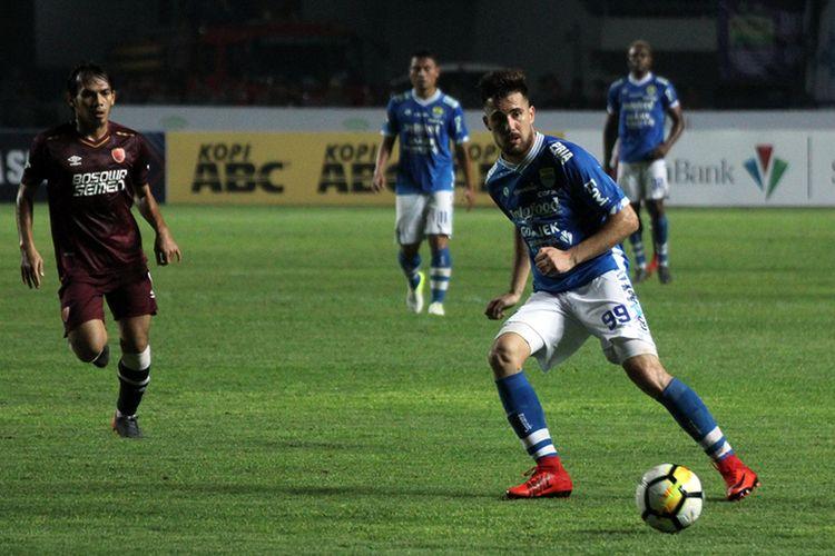 Penyerang asal Argentina, Jonatan Bauman, saat memperkuat Persib Bandung pada Liga 1 2018.