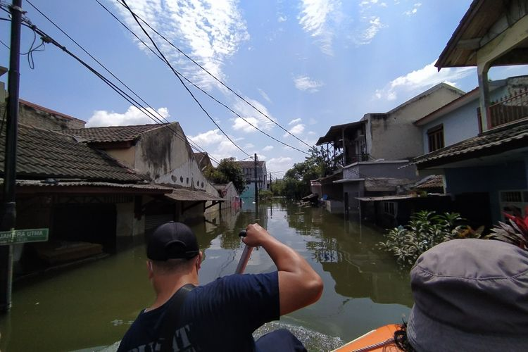 Floods are still inundating the Periuk Sub-District, Periuk District, Tangerang City, Banten until Monday, February 22, since Saturday, February 20. The floods in the area were due to overflowing Ciracap River and heavy rain on last Saturday.