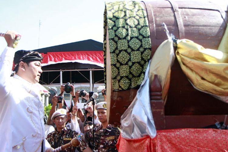 Wali Kota Semarang Hendrar Prihadi memukul bedug dimulainya tradisi dugderan, Kamis (25/5/2017).