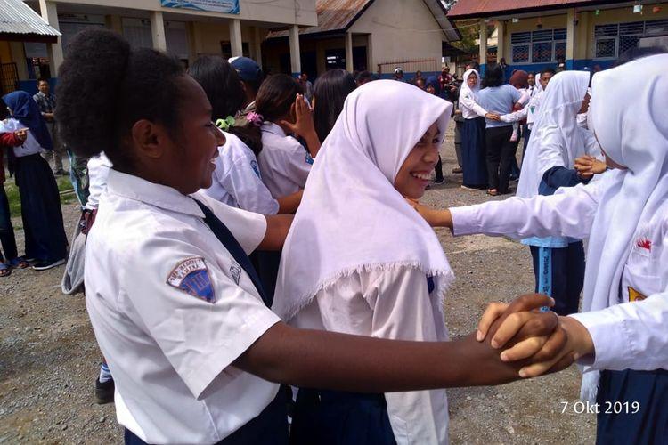 Para siswa di SMPN 1 Wamena yang mulai beraktifitas di sekolah, Kabupaten Jayawijaya, Papua, Senin (7/10/2019)