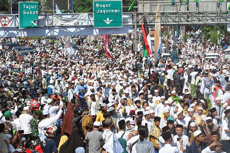 Ribuan jamaah menyambut kedatangan Pemimpin Front Pembela Islam (FPI) Rizieq Shihab di jalur Puncak, Simpang Gadog, Ciawi, Kabupaten Bogor, Jawa Barat, Jumat (13/11/2020). Rizieq Shihab dijadwalkan mengunjungi Pondok Pesantren (Ponpes) Alam Agrokultural Markaz Syariah DPP FPI, Megamendung, Kabupaten Bogor untuk melaksanakan shalat Jumat berjamaah sekaligus peletakan batu pertama pembangunan masjid di Ponpes tersebut.