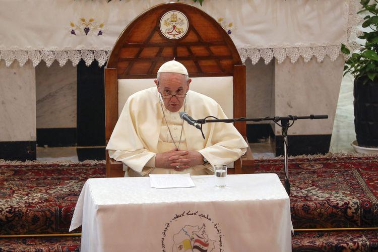 Paus Fransiskus saat berpidato dalam pertemuan dengan para uskup dan pendeta, di Katedral Sayidat Al Nejat (Our Lady of Salvation) di Baghdad, Irak, pada Jumat (5/3/2021).