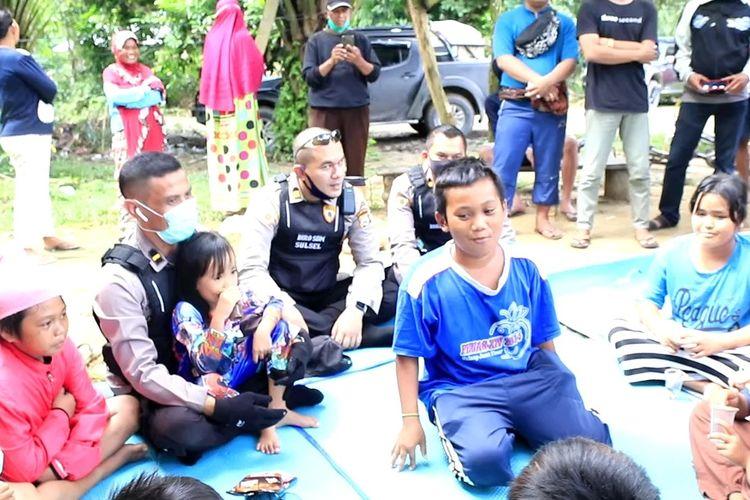 Anak-anak korban banjior bandang di Luwu Utara, Sulawesi Selatan mendapat pemulihan trauma atau trauma healing dari Polda Sulawesi Selatan, Senin (20/07/2020)