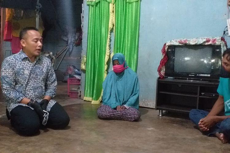Dirut PTPN V Jatmiko K Santosa berbincang dengan Richa Marya Simatupang (31) dan suaminya Junaidi (43), pasca kasus pencurian tandan buah sawit PTPN V Sei Rokan di Desa Tandun Barat, Kecamatan Tandun, Kabupaten Rohul, Riau, Kamis (4/6/2020).
