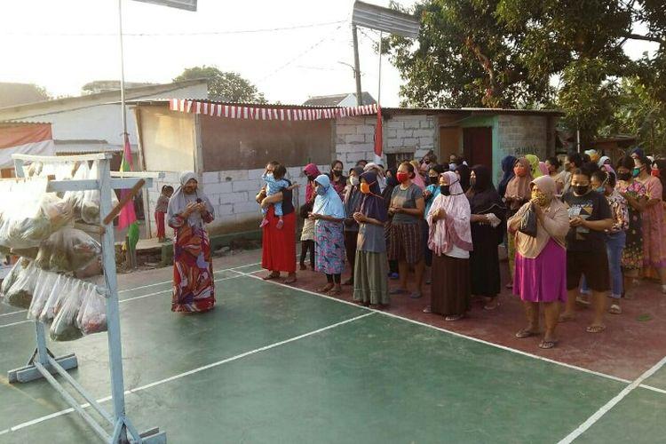 Warga RW 05 Kampung Cilalung, Jombang, Ciputat Tangerang Selatan membagikan sayur kepada masyarakat yang terdampak pandemi. Pembagian sayur dilakukan sudah sejak bulan Mei 2020