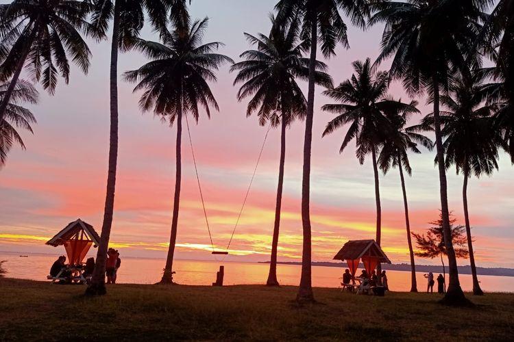 Pengunjung menikmati sunset di Sunari Beach, Dusun Tile-Tile, Desa Patikaria, Kecamatan Bontosikuyu, Kabupaten Kepulauan Selayar, Sulawesi Selatan.