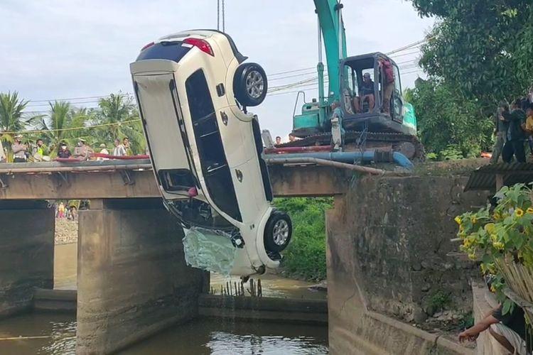 Proses evakuasi mobil Mitsubishi Pajero berpenumpang satu keluarga yang terjun ke Sungai Segonang di Kecamatan Pedamaran, Kabupaten Ogan Komering Ilir, Sumsel, Rabu (30/6/2021) pagi. Empat orang tewas dalam kecelakaan itu yakni ayah dan tiga anaknya.