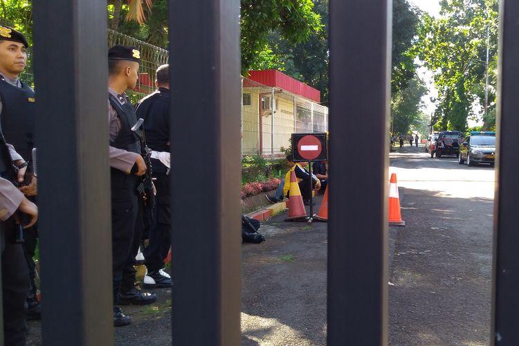 Anggota Brimob berjaga di pintu gerbang Mako Brimob Subden 3 Detasemen B Pelopor, Purwokerto, Jawa Tengah, Sabtu (25/5/2019)