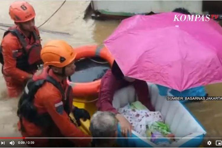 Evakuasi dilakukan terhadap seorang bayi mungil oleh petugas Basarnas DKI Jakarta, Sabtu (8/2/2020).