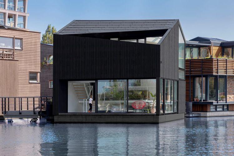 Rumah terapung yang persis berada di pinggir kanal ini dilengkapi panel surya yang dapat memenuhi kebutuhan energi listrik.