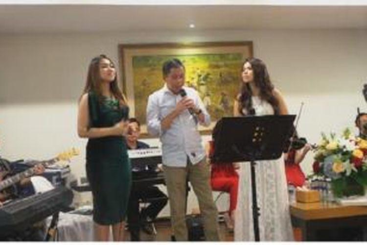 Dalam acara Open House yang digelar di Kediaman Menteri Perhubungan, Jl. Widya Chandra, Jakarta Selatan, Minggu (3/1/2016), tuan rumah, Menteri Perhubungan, Ignasius Jonan unjuk kebolehan bernyanyi.