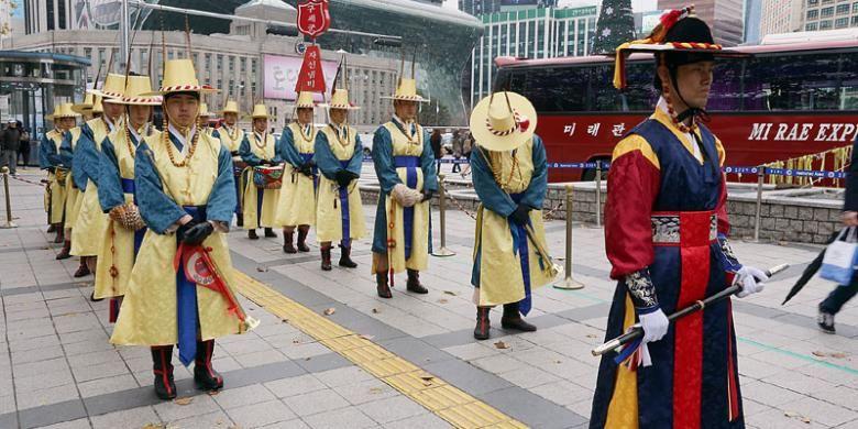 Upacara pergantian penjaga Istana Deoksugung di Seoul, Korea Selatan.