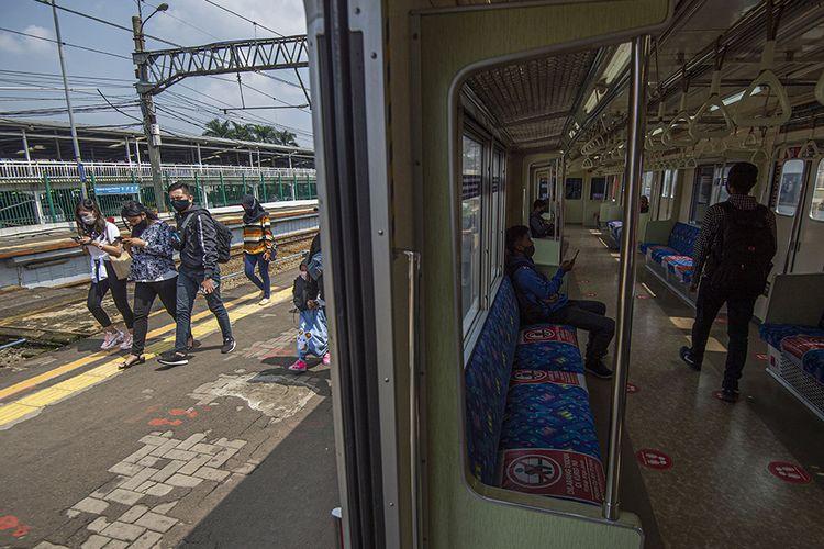 Sejumlah penumpang berjalan usai turun dari rangkaian kereta rel listrik (KRL) Commuterline di Stasiun KA Bogor, Kota Bogor, Jawa Barat, Senin (19/10/2020). PT Kereta Commuter Indonesia (KCI) kembali mengoperasikan jadwal KRL Commuterline secara normal seperti sebelum pandemi Covid-19 mulai pukul 04.00 WIB hingga pukul 24.00 WIB atau sebanyak 993 perjalanan dengan 91 rangkaian kereta setelah adanya perubahan pada beberapa bulan terakhir akibat pemberlakuan PSBB di Jabodetabek.