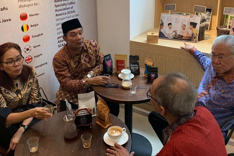 Gubernur Jawa Barat Ridwan saat menjamu Menteri Perdagangan Enggartiasto Lukita dengan sajian kopi khas Jawa Barat di Gesa Kopi, Jalan Diponegoro, Selasa (19/3/2019).