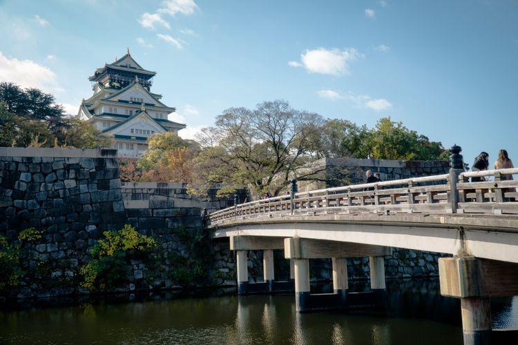 Kastil megah dengan lima lantai ini menjadi salah satu destinasi sejarah di Osaka yang diminati oleh banyak wisatawan asing maupun lokal.