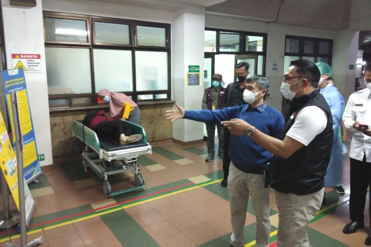 Gubernur Jawa Barat Ridwan Kamil saat meninjau kondisi penanganan Covid-19 di Rumah Sakit Hasan Sadikin, Kota Bandung, Sabtu (12/06/2021).