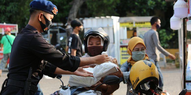 Brimob Polda Lampung mendirikan dapur lapangan di PKOR Way Halim untuk memasak makanan berbuka puasa. Makanan ini dibagikan secara gratis kepada warga yang melintas di lokasi itu.