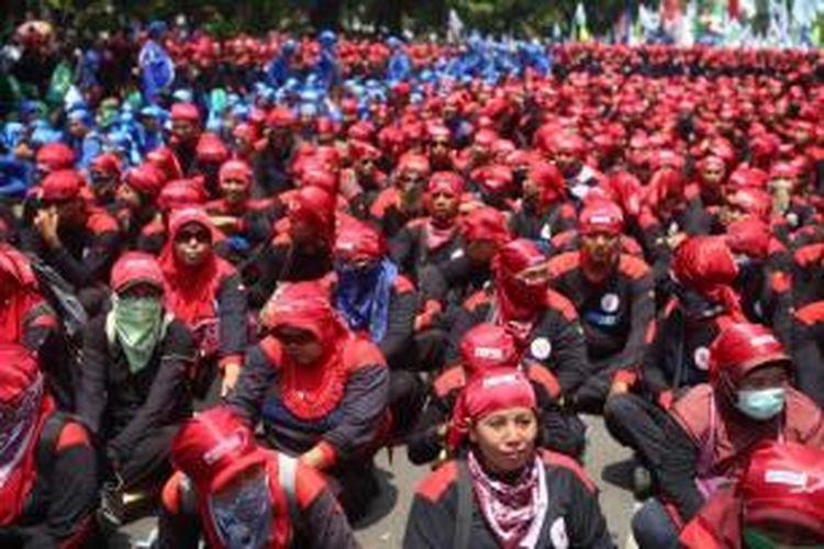 Ribuan buruh se-Jabodetabek berjalan menuju Istana Merdeka, Jakarta Pusat, Selasa (1/9/2015). Mereka berunjuk rasa menuntut 10 poin kepada Pemerintah salah satunya menolak ancaman pemutusan hubungan kerja terhadap buruh akibat melemahnya nilai rupiah.