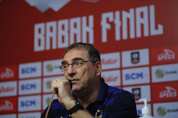 Pelatih Persib Bandung, Robert Rene Alberts, dalam sesi konferensi pers jelang laga final leg pertama Piala Menpora 2021 melawan Persija Jakarta di Sleman, Rabu (21/4/2021).