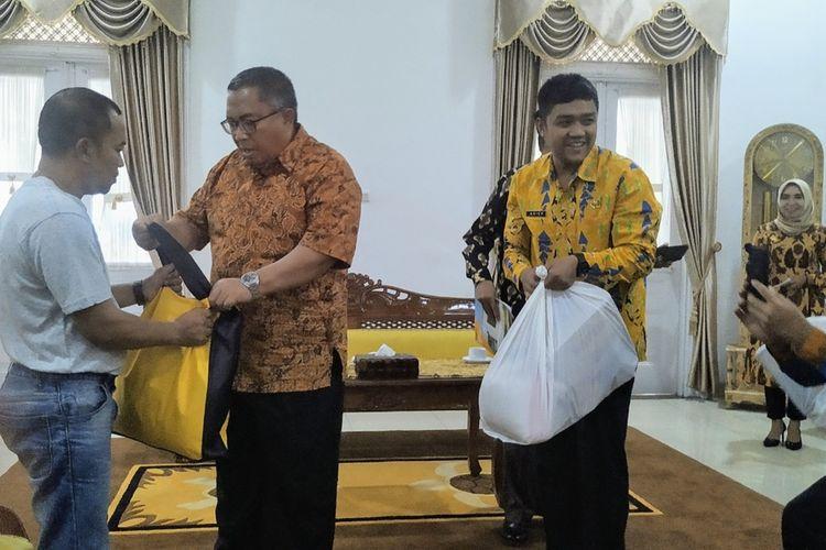 Bupati Sukabumi Marwan Hamami (dua kiri) menyerahkan bantuan kepada pengungsi Wamena Papua di Gedung Pendopo Sukabuni, Jawa Barat, Kamis (10/10/2019).
