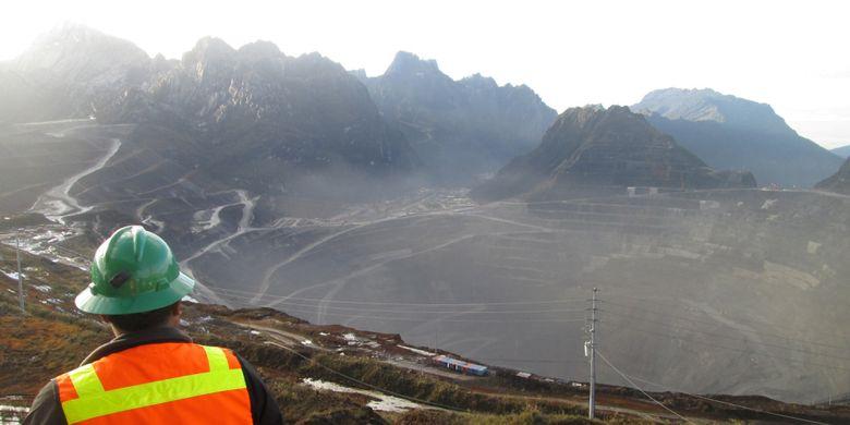 Pemandangan area tambang Grasberg Mine di Kabupaten Mimika, Papua, yang dikelola oleh PT Freeport Indonesia, Minggu (15/2). Lubang menganga sedalam 1 kilometer dan berdiameter sekitar 4 kilometer itu telah dieksploitasi Freeport sejak 1988. Hingga kini, cadangan bijih tambang di Grasberg Mine tersisa sekitar 200 juta ton dan akan benar-benar habis pada 2017 nanti.  Kompas/Aris Prasetyo (APO) 15-02-2015