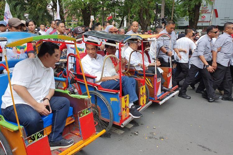 Calon presiden nomor urut 01 Joko Widodo melakukan kampanye terbuka di Makassar, Sulawesi Selatan, Minggu (31/3/2019).